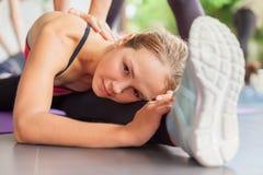 舒展与pilates的健身辅导员的人分类 免版税库存照片
