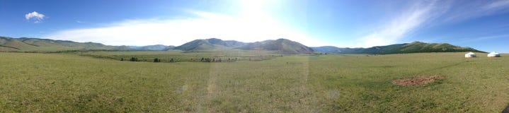 舒展入小山的蒙古草原 免版税库存照片