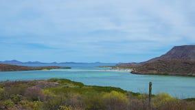 舒展入科尔特斯海的美丽如画的海滩  免版税图库摄影