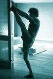 舒展分裂的人瑜伽 免版税库存图片