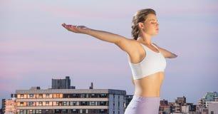 舒展反对大厦和平衡天空的妇女 库存图片