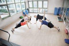 舒展和看在增氧健身班的四青年人照相机 库存图片