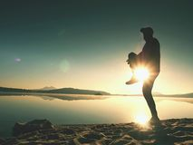 舒展在体育以后的运动员在海在日出在早晨 弯曲的运动员  库存照片