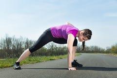 舒展在体育锻炼前 免版税库存图片