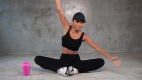 舒展在健身房的愉快的健康妇女 股票视频