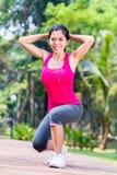 舒展在健身锻炼的亚裔妇女 免版税库存照片