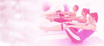 舒展在席子的类的综合图象在瑜伽类在健身演播室 库存照片