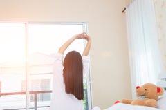 舒展在床上的妇女以后醒,后面看法 图库摄影