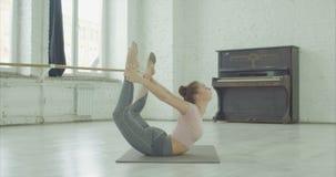 舒展在弓姿势锻炼的灵活的信奉瑜伽者妇女 股票录像