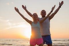 舒展在日落的适合的夫妇 免版税库存照片