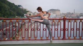 舒展在桥梁的前辈适合的妇女腿在城市 影视素材