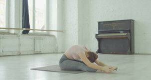 舒展在舞蹈排练前的灵活的妇女 股票视频