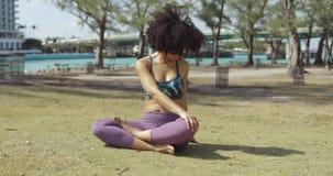 舒展在草甸的嬉戏女孩脊椎 股票视频