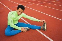 舒展在锻炼前的公赛跑者 图库摄影