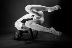 舒展在黑白的舞蹈家 库存图片