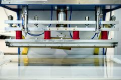 舒展天花板的生产的机器 免版税库存图片