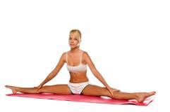 舒展女子瑜伽 免版税库存照片