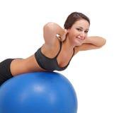 舒展妇女的球逗人喜爱的健身 库存图片