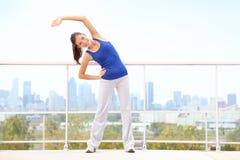 舒展妇女锻炼的城市 图库摄影