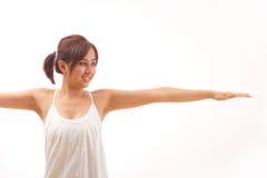 舒展战士姿势的女子实践的瑜伽 免版税库存图片