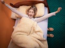 舒展早晨的可爱的妇女 免版税库存照片