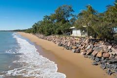 舒展海岸线在一个明亮,晴天 免版税库存照片