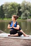 舒展瑜伽的姿势 免版税库存图片