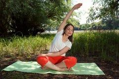 舒展的少妇-身体平衡的瑜伽 库存图片