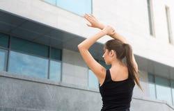 舒展的训练健身妇女户外 免版税库存照片