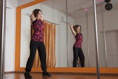 舒展胳膊在杆舞蹈之前 免版税库存图片