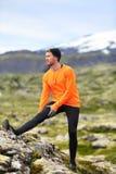 舒展腿的赛跑者人在跑足迹奔跑以后 免版税库存照片
