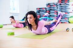 舒展训练后面引伸锻炼的适合的妇女 免版税库存图片