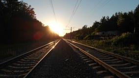 舒展通过森林的美丽的铁路在 4k的日落 影视素材