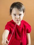 舒展从她的嘴的女孩一个口香糖 库存图片