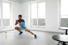舒展锻炼 舒展在锻炼前的英俊的健康人 免版税库存图片