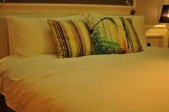 舒适企业旅馆床 免版税图库摄影