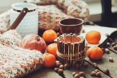 舒适冬天早晨在家用果子、坚果和蜡烛,选择聚焦 图库摄影