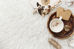 舒适冬天舱内甲板放置背景,咖啡,在白色背景的老葡萄酒纸 免版税库存照片