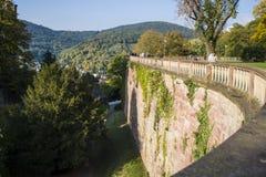 舒适和绿色公园在历史地方附近的德国 bossies 步行的完善的地方狭窄的小径的 免版税图库摄影