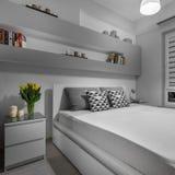 舒适和美丽的卧室 免版税库存图片
