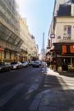 巴黎舒适和美好走通过有难以置信的魅力和美好的建筑学的历史的城市街道 免版税库存图片