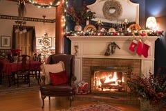 舒适圣诞节壁炉设置 免版税图库摄影