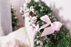 舒适圣诞节家内部 装饰新年度 有大双人床的明亮的卧室室 免版税库存照片