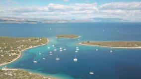 舒适地中海海岛鸟瞰图  亚得里亚海的蓝色旅游克罗地亚目的地海岛korcula盐水湖天堂普遍的海运 亚得里亚海的克罗地亚海运 股票录像