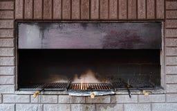 舒适壁炉在餐馆 免版税库存图片