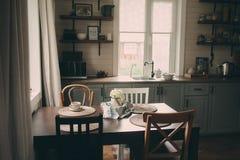 舒适客舱内部 有开放棚架的国家灰色厨房在土气样式 免版税图库摄影