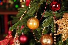 舒适家庭内部,与圣诞树和新年装饰 库存照片