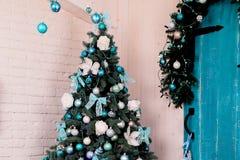 舒适家庭内部,与圣诞树和新年装饰 图库摄影