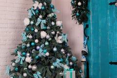 舒适家庭内部,与圣诞树和新年装饰 库存图片