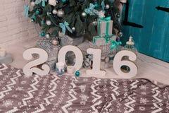 舒适家庭内部,与圣诞树和新年装饰 免版税库存图片